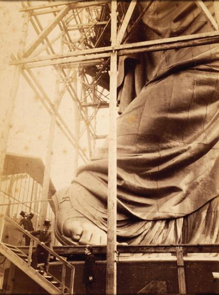 Скульптор О. Бартольди у статуи Свободы