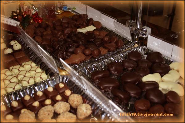 Конфеты и фрукты в шоколаде