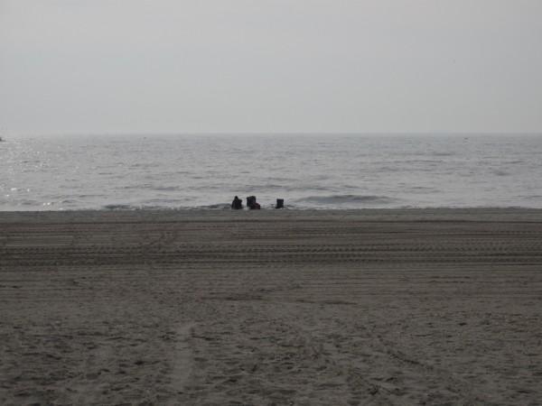 берег, два кресла и коляска