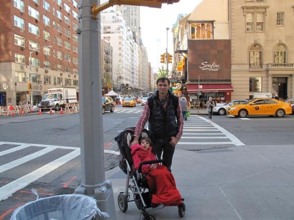 на улице Манхетт с коляской, перекресток