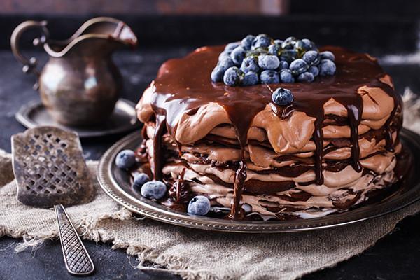 Блинный торт из шоколадных блинов, с шоколадным кремом ,политый шоколадной глазурью))