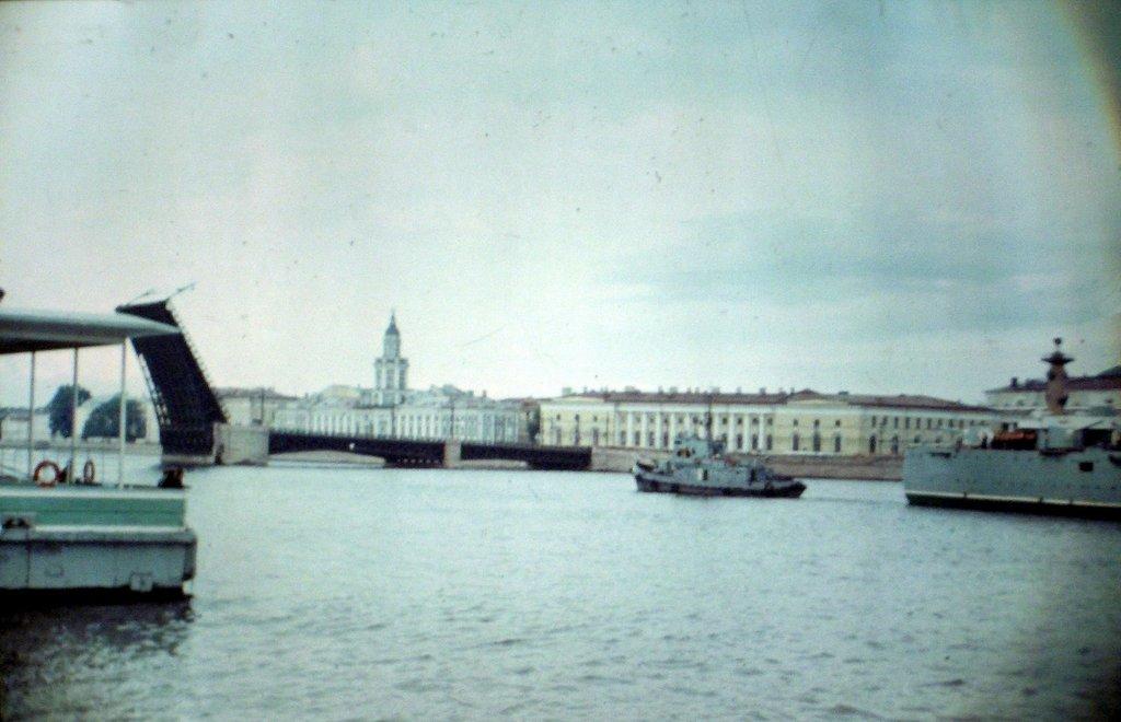 Крейсер Аврора идет на Зимний дворец