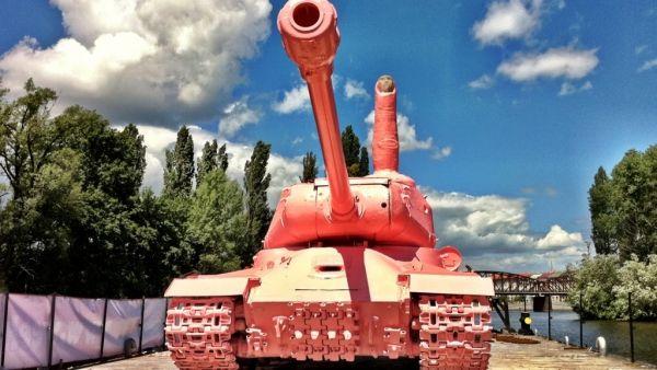 розовый танк.