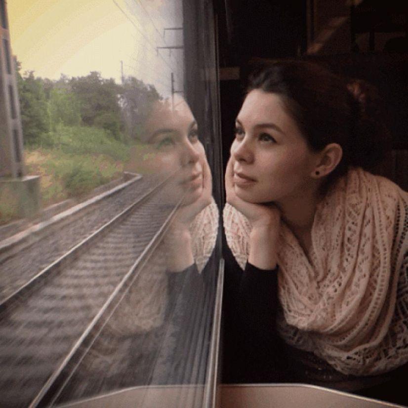 Гифка девочка в поезде