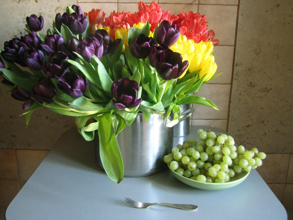 Тюльпаны, виноград и вилка
