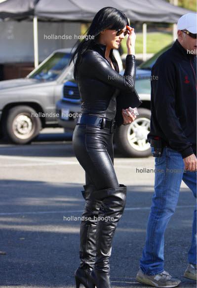 Yvonne Strahovski in FULL BODY BLACK LEATHER GET-UP filming Chuck    Yvonne Strahovski Leather