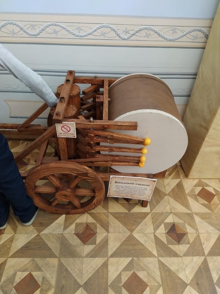 Деревянные цилиндры крутятся и приводят в движение барабанные палочки
