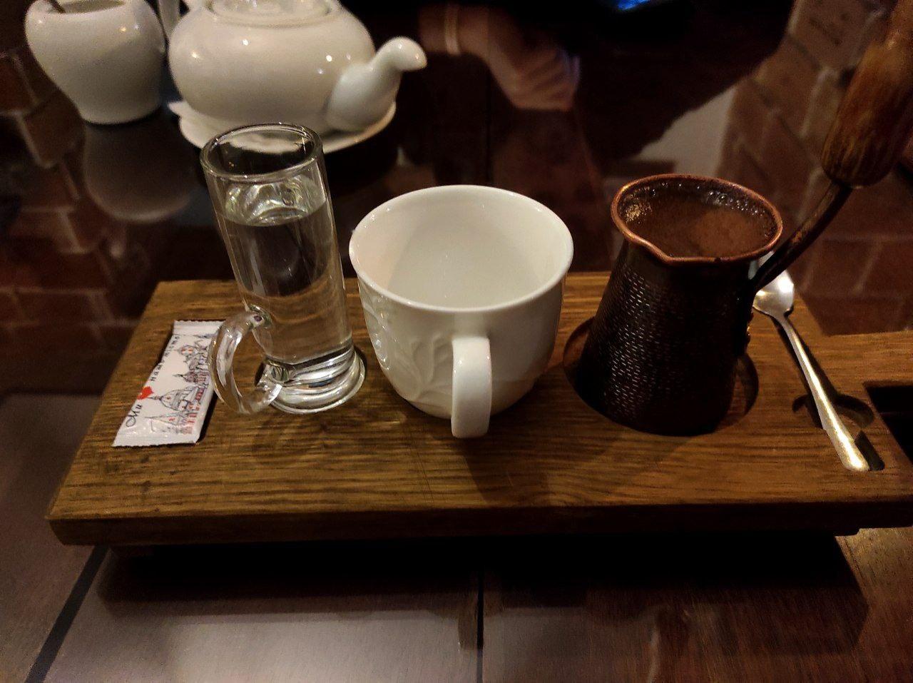 """Кофе по-восточному. """"По-восточному"""" означает """"сваренный в турке""""."""