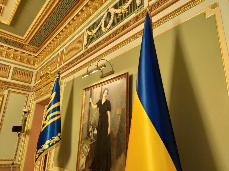 Украинские флаги возле портрета неизвестной девушки