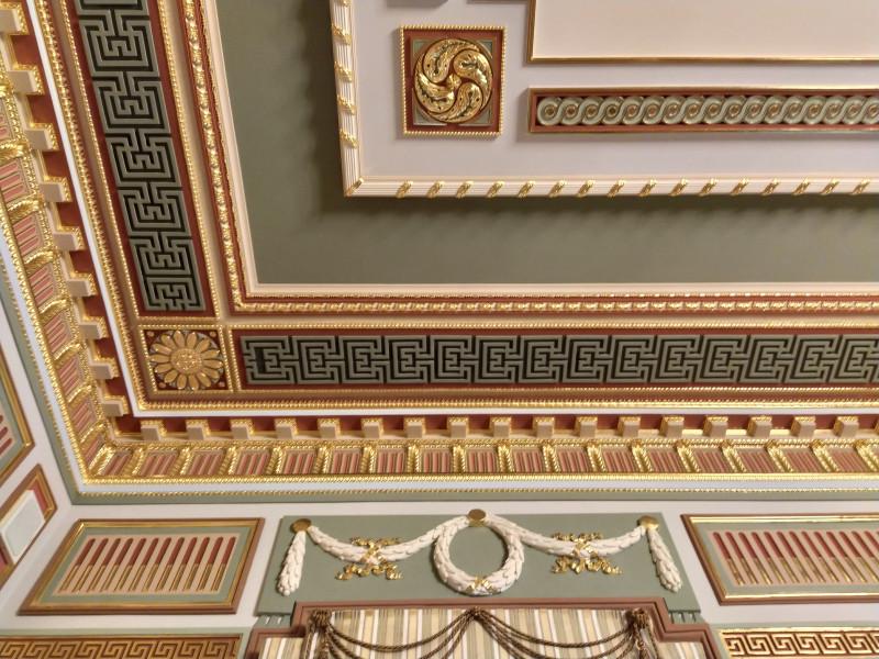 Даже на потолке орнаменты, золото и красотища.