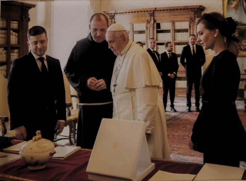 На полке стоит фотка с визита Папы Римского. Меня умилили выражения лиц