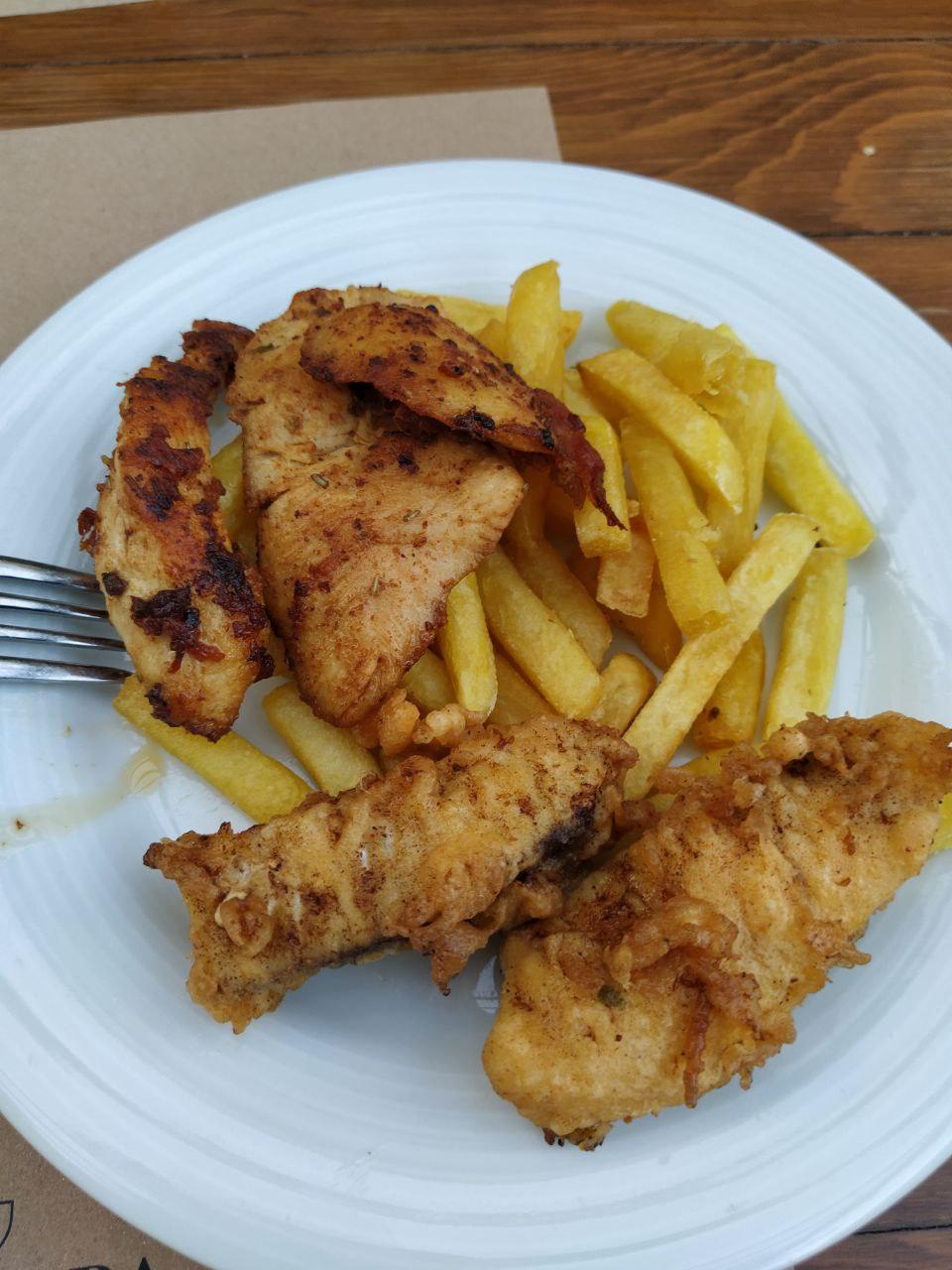 Картошка фри с жареной рыбой