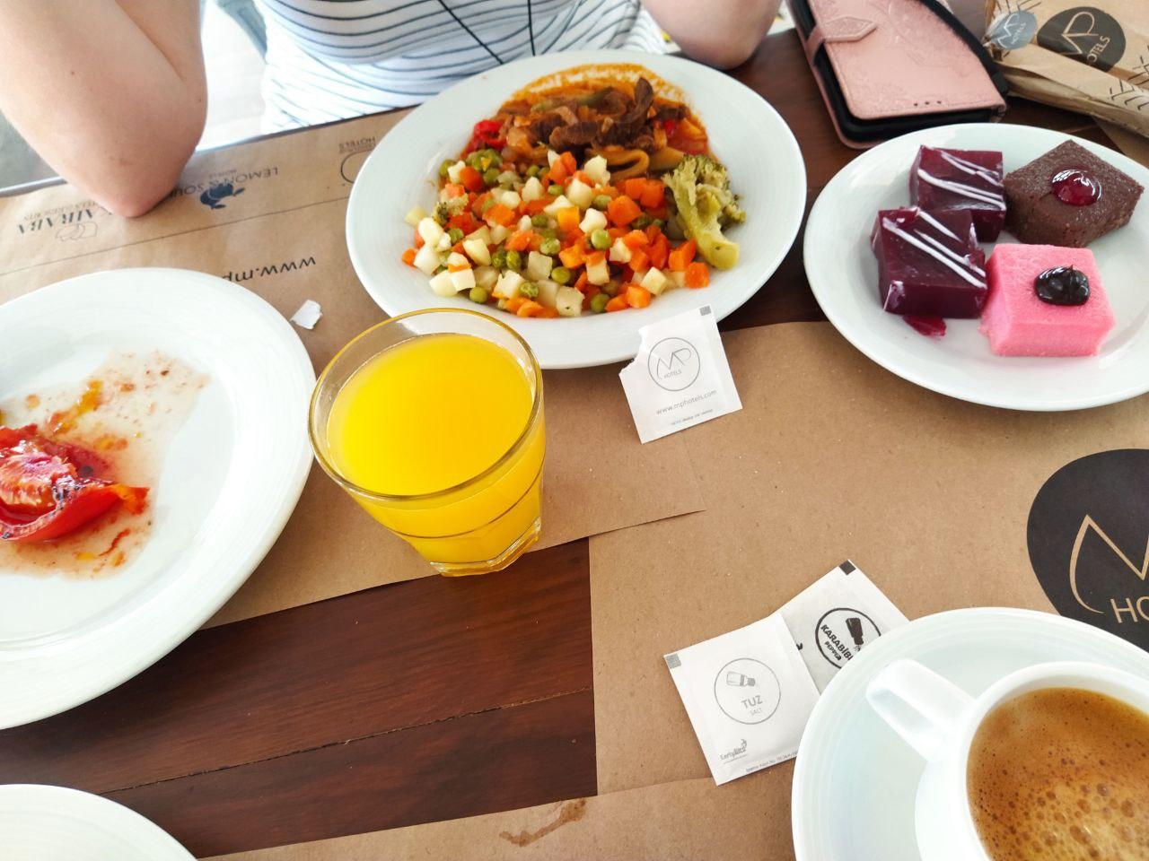 Овощи на пару, говядина по-строгановски, пироженки, кофе, апельсиновый сок