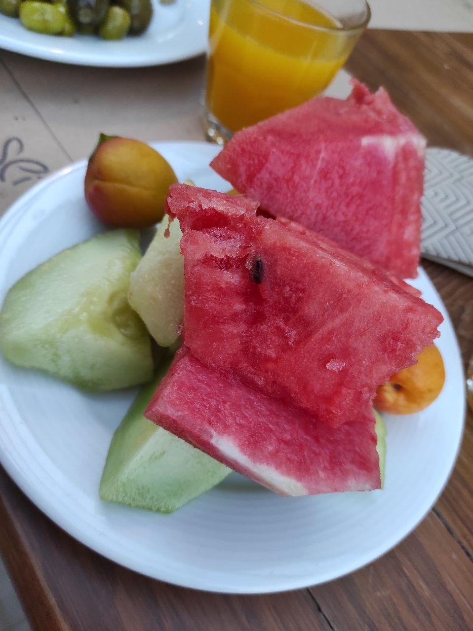 Фрукты: арбуз, абрикос, дыня. Ещё в отеле подают яблоки и мушмулу