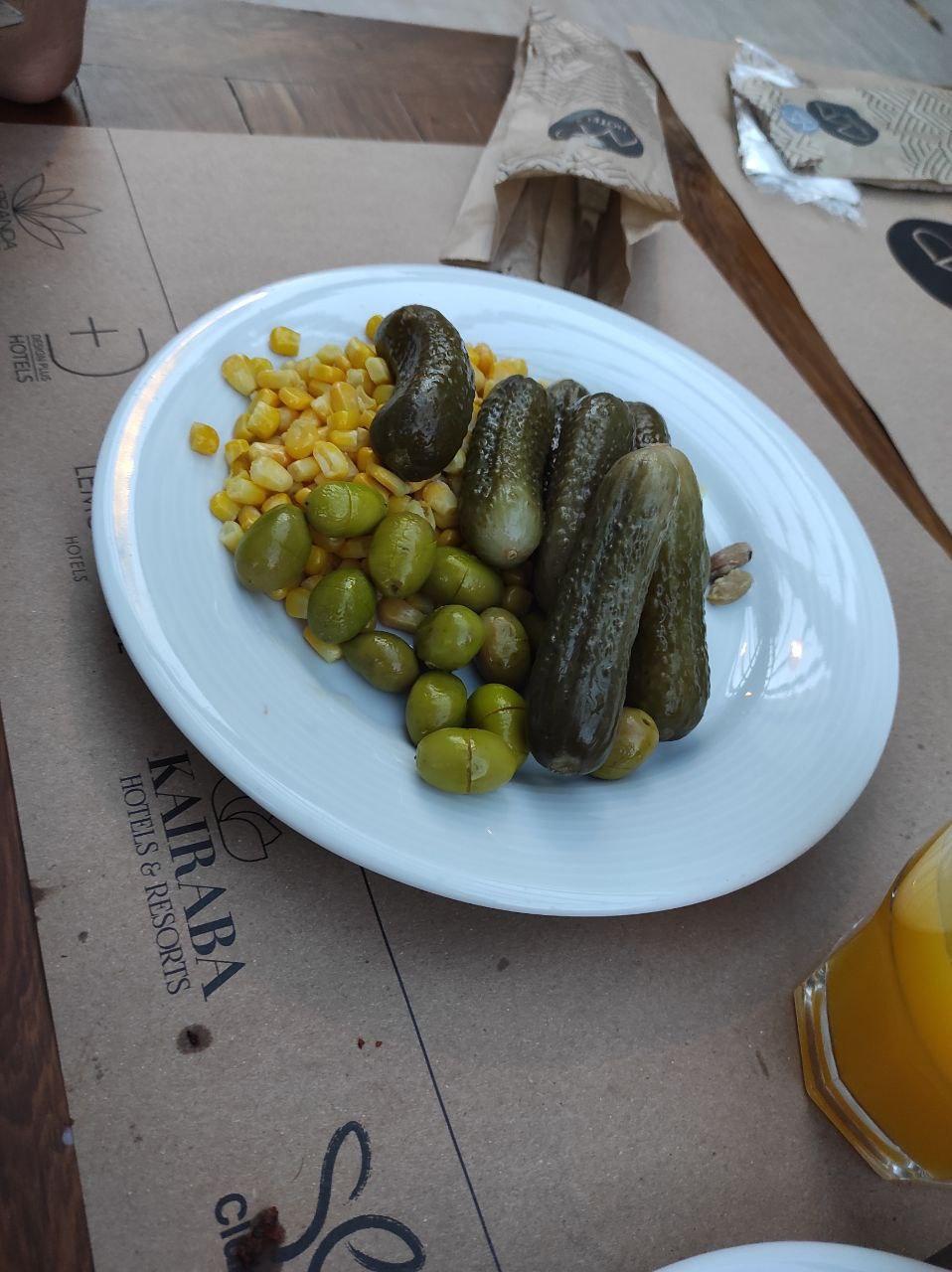 Кукуруза, оливки, солёные огурцы