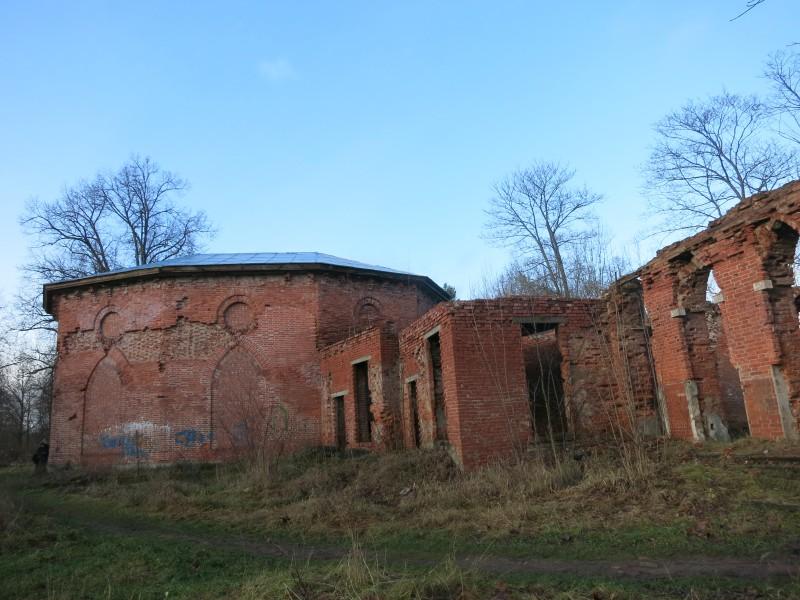 Купальня целиком и руины дворца.