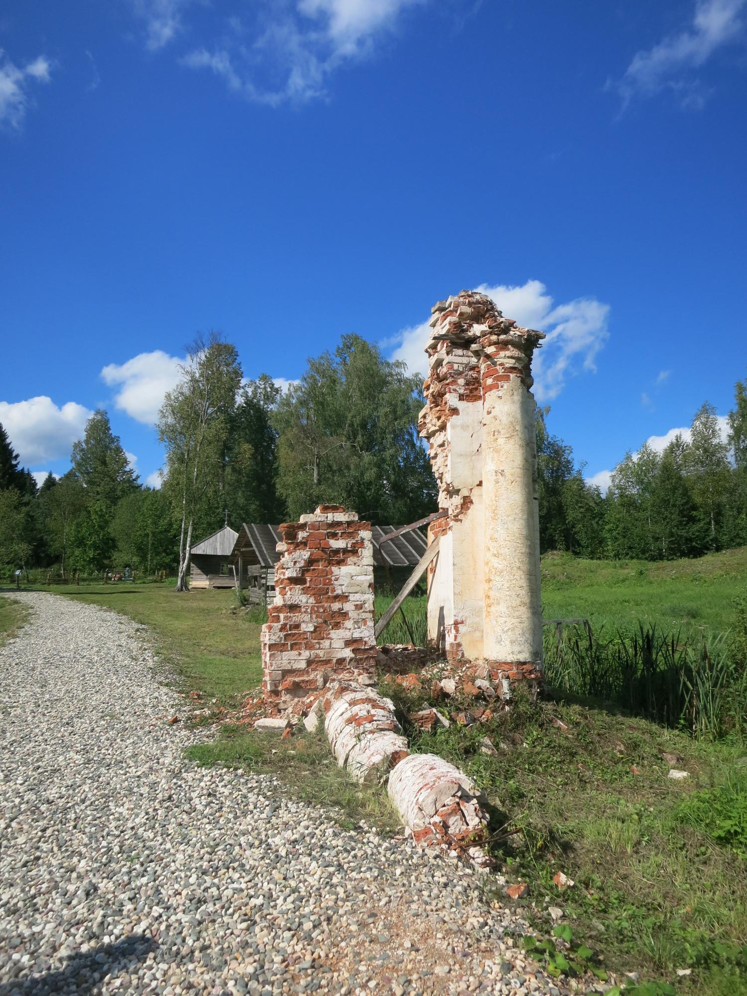 Видимо, руины церковной ограды и каких-то хозяйственных построек. Никаких руин каменной церкви не просматривается. И что с неё стало, тоже не понятно.
