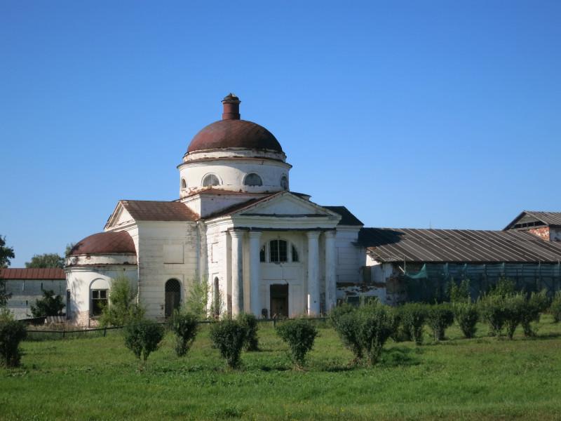 Эта церквуха находится не далеко от входа в монастырь. Но, кем и когда она была построена - не знаю.