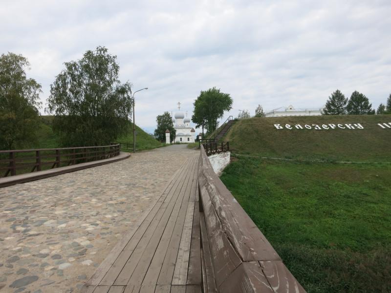 По свежевыкрашенному кирпичному мосту иду в Кремль. Меня встречает величественный Преображенский храм.