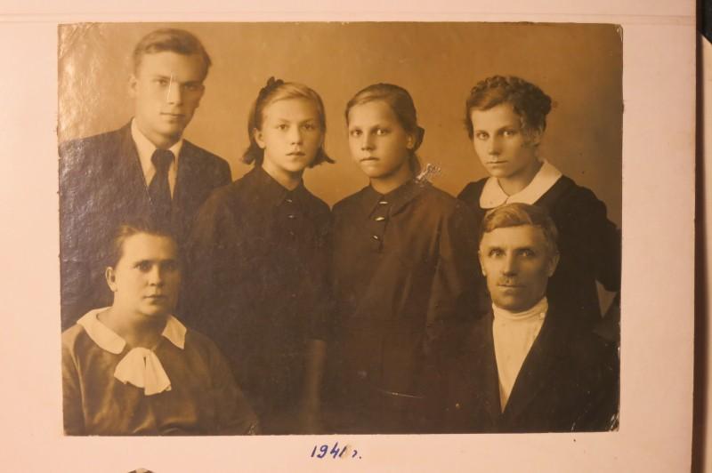 Наверно, последнее предвоенное фото. Стоят слева на право: Николай, Анна, Екатерина, Александра. Сидят родители - Мария и Кузьма.