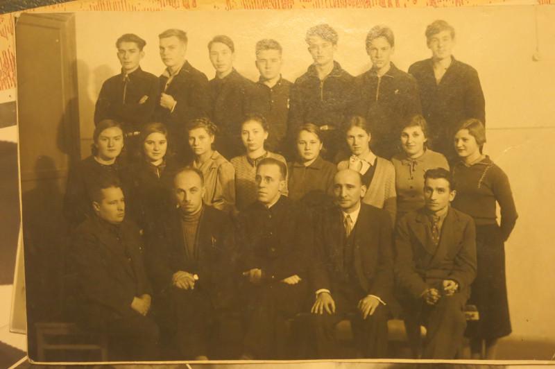 Не смотря на то, что Николай на од старше бабушки, в школе они учились вместе.