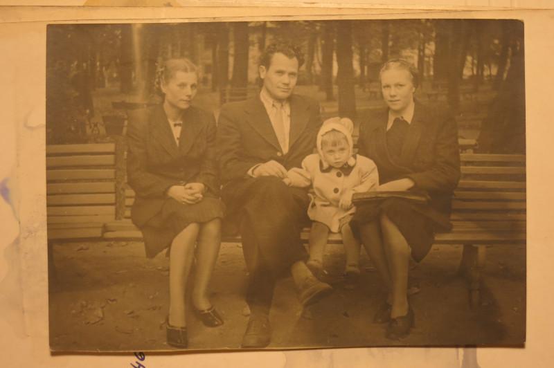 Бабушка, дед, тётя Аня (тогда ещё не замужняя и жившая с ними), и - мама.
