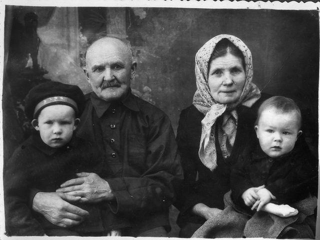 1950 г, пара с верхней фотографии. С моими дядьями, Александром и Алексеем.