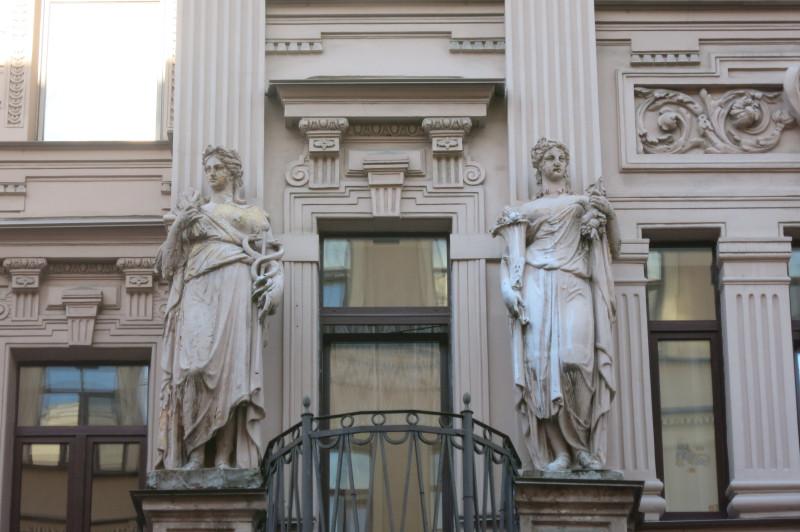 У следующего эркера скульптуры говорят о медицине и изобилии.