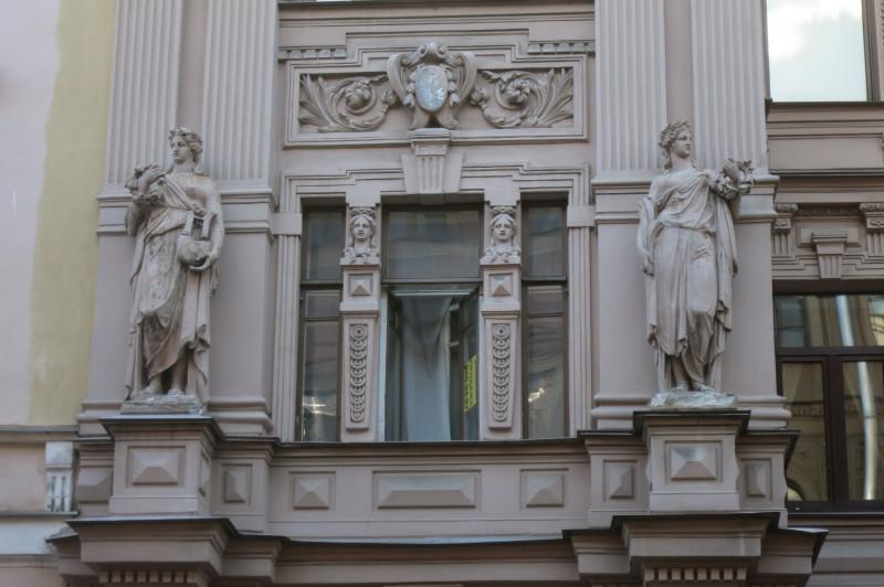 А вот эти две статуи, стоящий по бокам эркера, видимо, должны отсылать нас к символике то ли дрекней Греции вообще, то ли, конкретнее - к Олимпиаде.