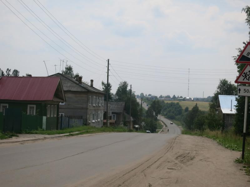 Центральное городское шоссе. Спуск с холма ведёт к реке.