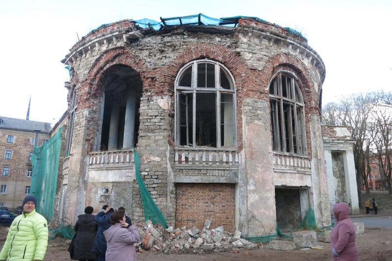 Круглое запущенное здание, предположительно, газохранилище.