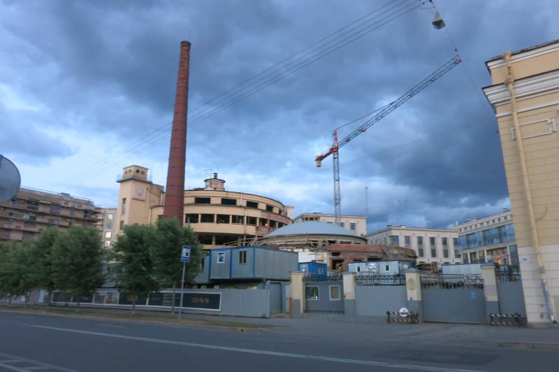 На фото видно основное здание завода.