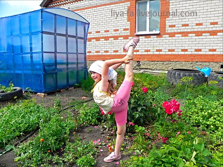 Эмилия в огороде затяжку делает.png