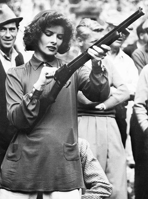 девушка оружие ретро