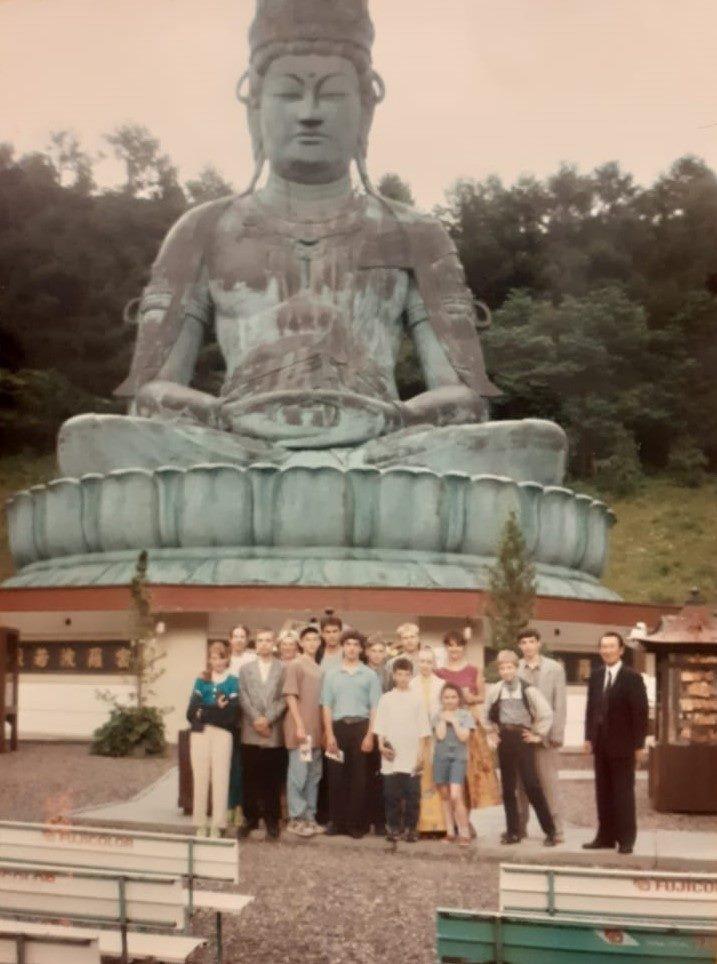 Будда в Аомори и группа школьников, в числе которых — Катя Эдж (вторая слева). Фото сделано во время её первой поездки в Японию