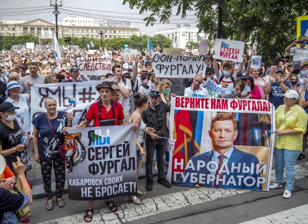 Люди держат плакаты во время несанкционированной акции протеста в поддержку губернатора Хабаровского края Сергея Фургала. Фото: AP