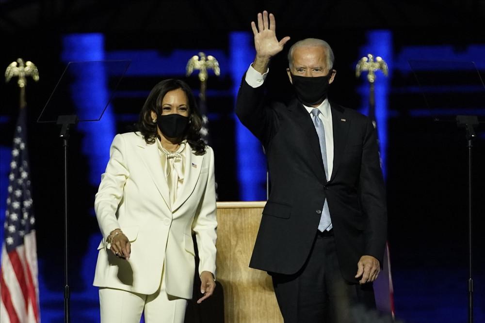 Избранный президент Джо Байден (справа) на сцене с избранным вице-президентом Камалой Харрис (слева) в субботу, 7 ноября 2020 г. Фото: EastNews