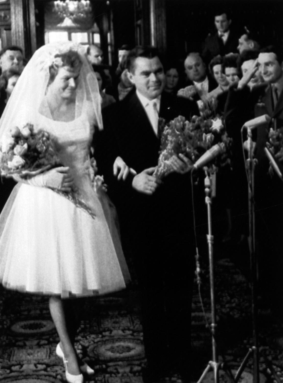 «Космическая невеста» Валентина Терешкова и её жених космонавт Андриан Николаев после свадьбы во Дворце бракосочетаний в Москве 3 ноября 1963 года. Фото: East News