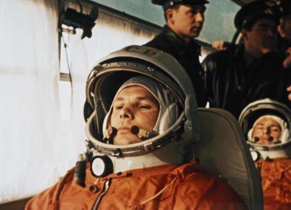 Космонавт Юрий Гагарин в автобусе по пути к космодрому «Восток-1» 12 апреля 1961 года, за ним сидит его заместитель Герман Титов. Фото: East News