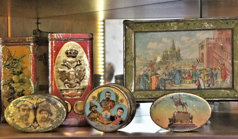 Коробки конфет и печенья, выпущенные к 300-летию дома Романовых (из экспозиции Музея хлеба в Санкт-Петербурге