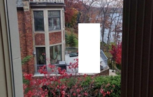 Владелец стрипклуба купил дом рядом с бывшей женой
