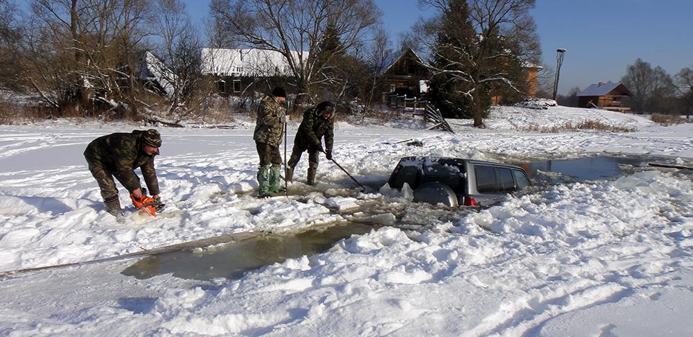 Ребята убирают лед
