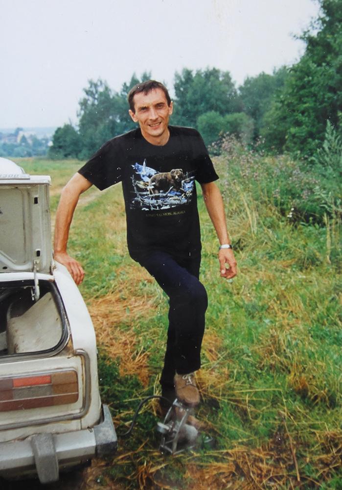 Игорь накачивает колесо шестёрки