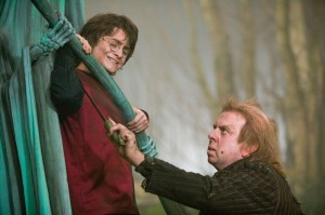 still-of-timothy-spall-and-daniel-radcliffe-in-harry-potter-si-pocalul-de-foc-(2005)-large-picture