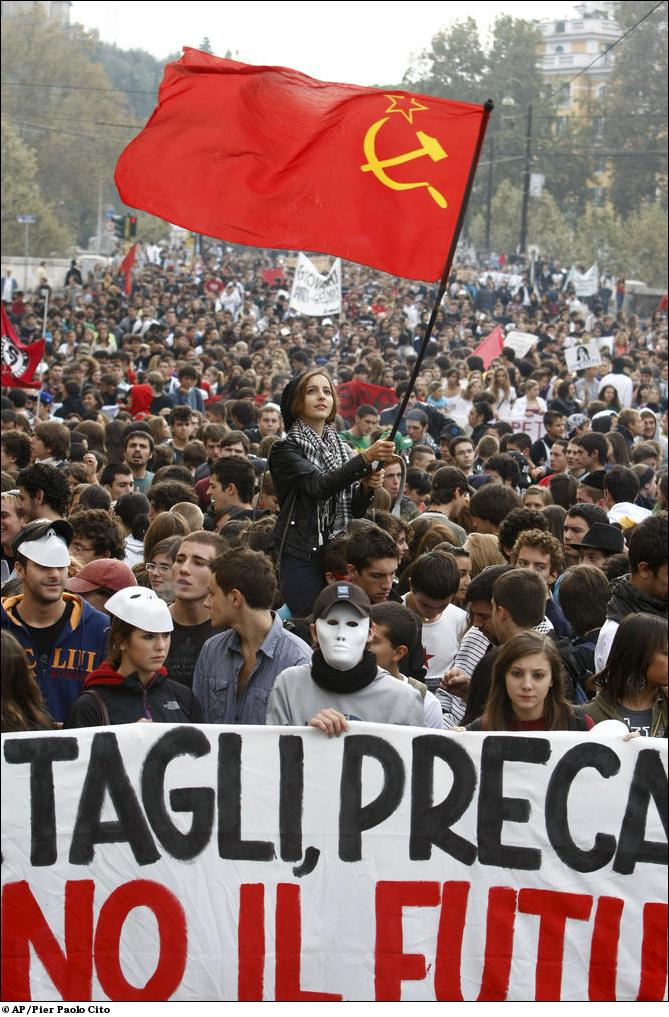 Франция: Красный флаг в руках у протестующих.