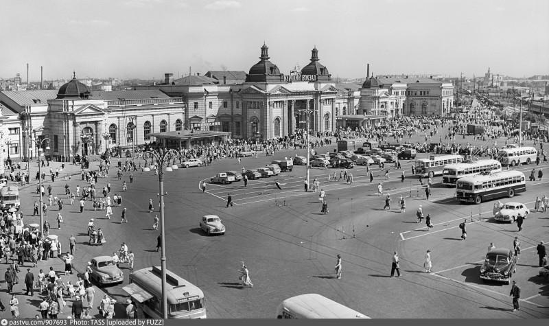 05. Площадь Курского вокзала в 1958 году. Фото ИТАР-ТАСС /Репродукция Фотохроники ТАСС/