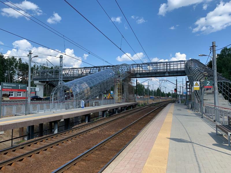 26. Строительство пешеходного моста на платформе Малиновка. Фото — Александр Мусиенко. 2020 год