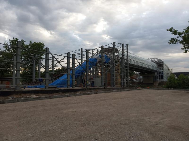 17. Строительство пешеходного моста на Курьяново. Фото — «Развитие метрополитена и транспорта Москвы»