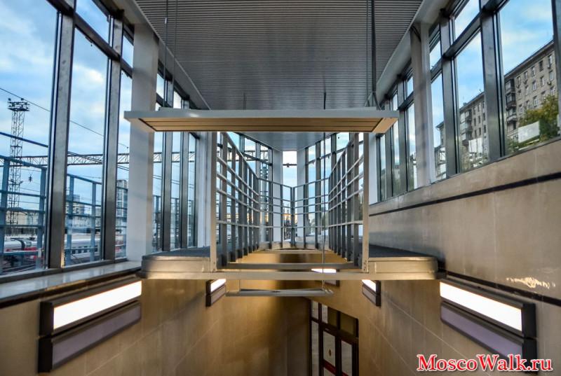 22. Лестничный сход на южную платформу после реконструкции. Фото - moscowalk.ru. 2017 г.