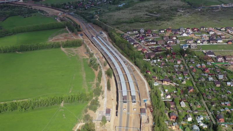 14. Платформа Санино на ПК353+00,00. Общий вид с запада. Кадр из видео с канала «Притяжение». 2020 год.